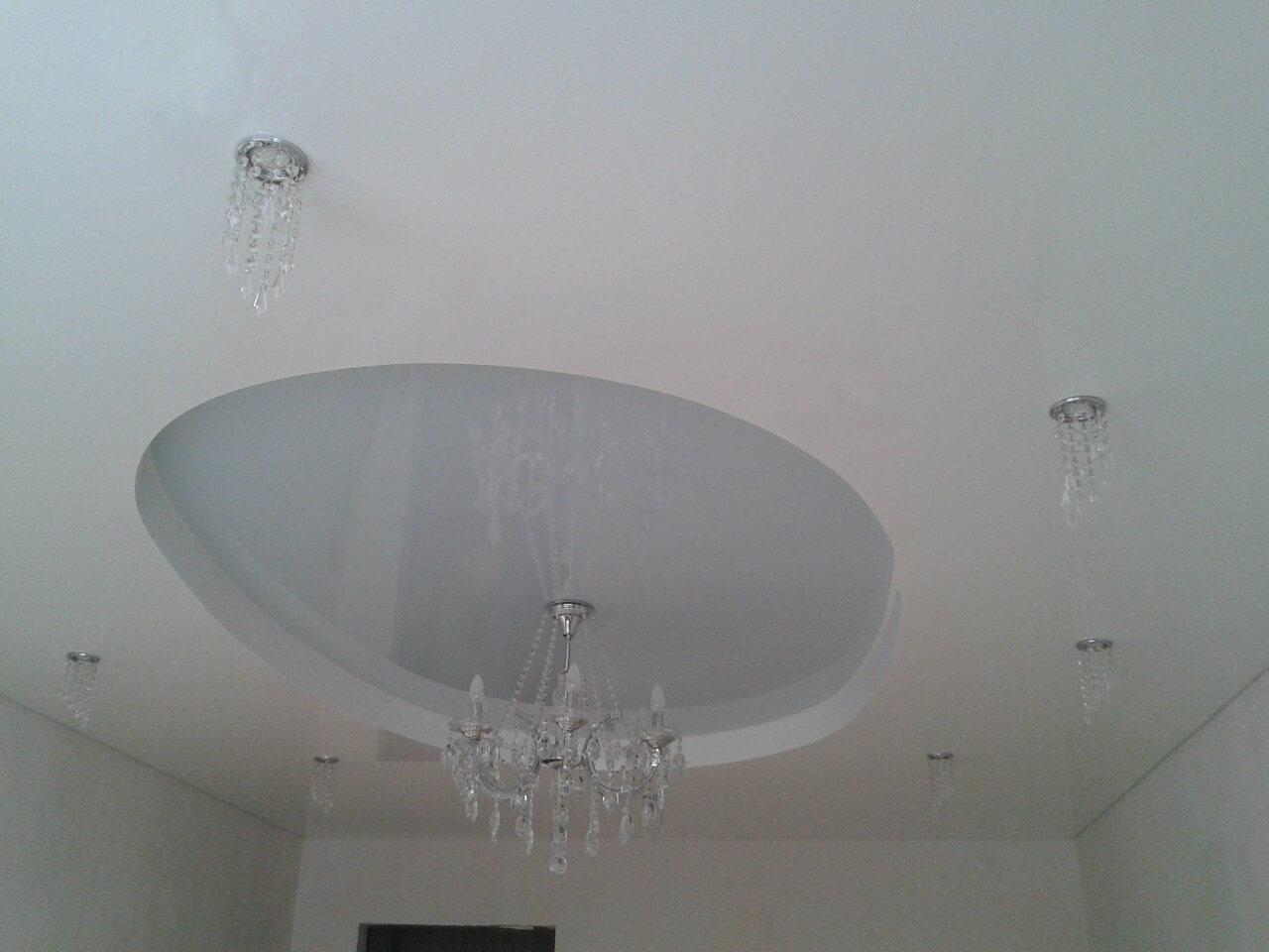 Двухуровневый потолок в зале