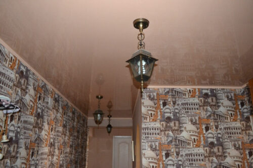 Глянцевый потолок в коридоре